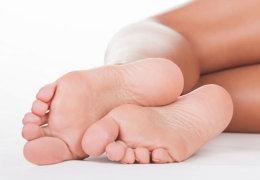 Причиной чего являются белые пятна на ступнях и пятках