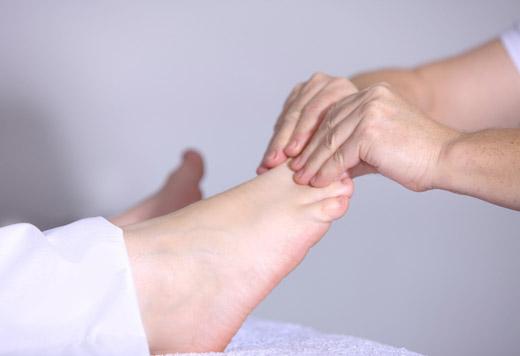 Массаж ступни и пальцев ног
