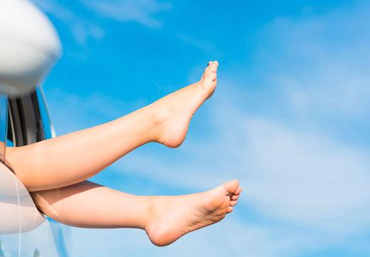 Ноги с пожелтевшими пятками