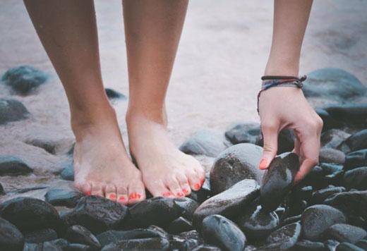 Ноги на камнях