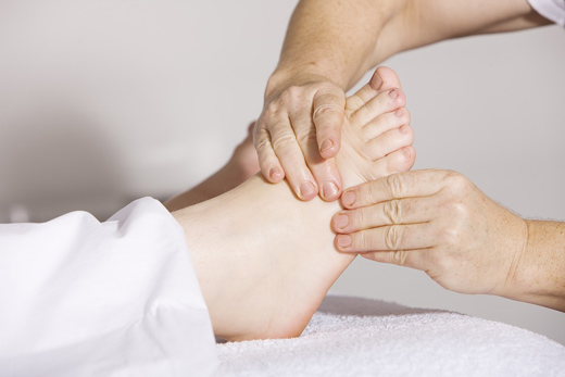 втирание крема в ступни ног