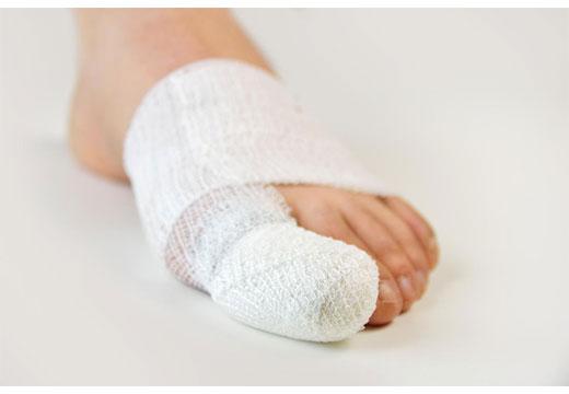 забинтованный большой палец ноги
