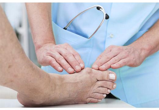 Осмотр нароста на ноге хирургом