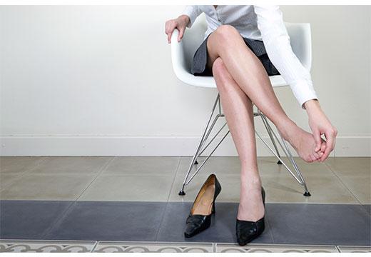 болят стопы у женщины