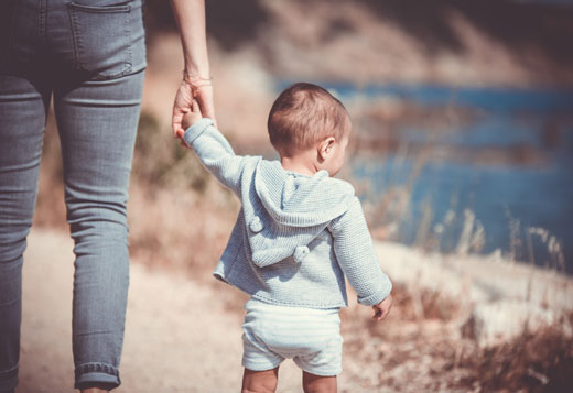 Ребенок гуляет
