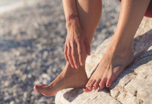 Ноги на камне