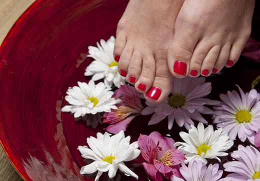 Цветы в воде и ноги